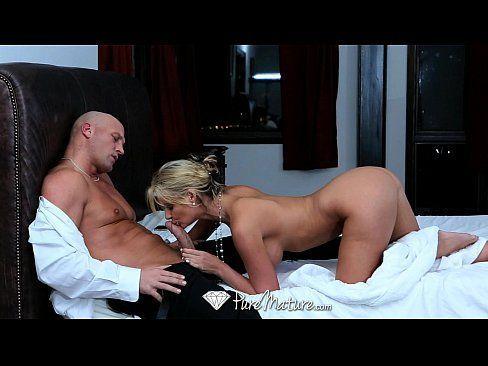 HD PureMature – Hot milf Phoenix Marie fingers her pussy in the bath