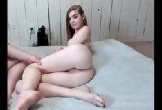 Novinha ruiva brincando com namorado gordinho
