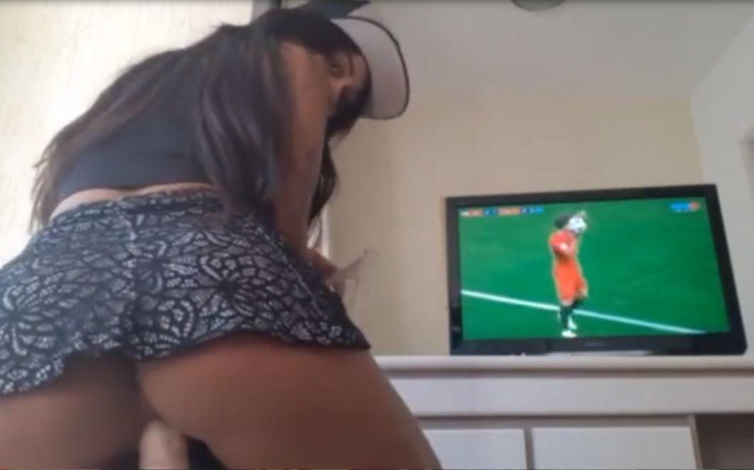 Novinha se masturbando assistindo o jogo